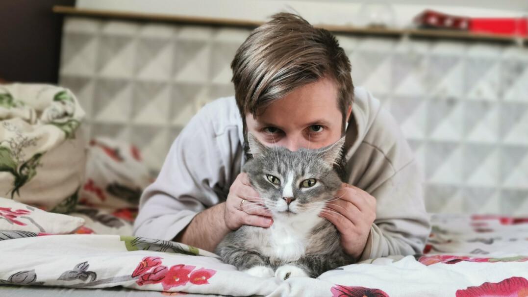 Mężczyźni pozujący z kotami są mniej atrakcyjni. To udowodnione badaniami
