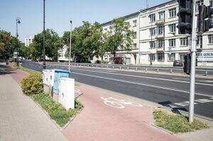 Asfalt zamiast kostki. Wyremontują ścieżkę rowerową przy Belwederskiej