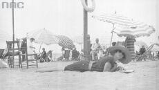 Wypoczynek rodziny Lis-Olszewskich na plaży w Viareggio, 1922-1939