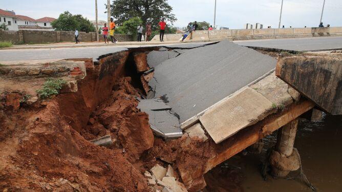 Co najmniej 14 zabitych, zniszczone domy i drogi