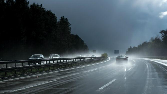 Miejscami drogi śliskie od deszczu