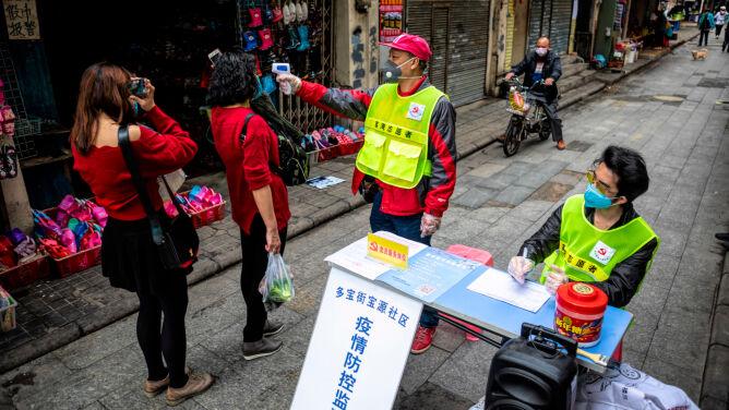 """""""Najgroźniejsze są windy"""", a maseczki na wagę złota. Życie w chińskim Kantonie"""